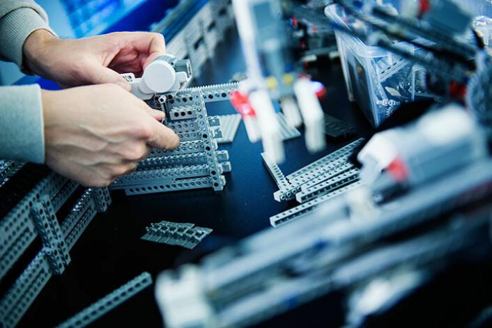 Med brikker er det ingen sak å bygge kopier av industrielle, robotstyrte maskiner. Det kan gripes, løftes, skyves, presses, stemples og stanses også i Lego eller tilsvarende systemer. (Foto: Benjamin A. Ward)