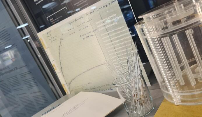 Notater og utstyr fra da Kjell Kleppe og en annen pioner, Agnar Nygaard, gjorde flere gjennombrudd i kunnskapen om DNA. Disse gjenstandene er nå del av en permanent utstilling ved universitetet i Bergen. − Vi lagde mye av kjemikaliene og utstyret selv, forteller den pensjonerte UiB-professoren Lars Haarr.