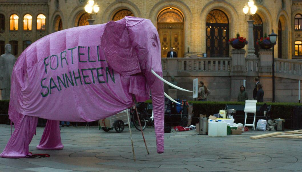 Den rosa elefanten endte opp foran Stortinget mandag 21. september.