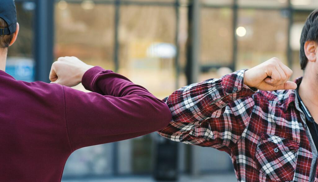 Ikke lenger High five, men Bumbing elbows: – Ungdommene var godt orientert, kjente til smittevernrådene og fulgte dem opp selv om det innebar redusert livskvalitet for dem selv, sier professor Kristin Haraldstad.