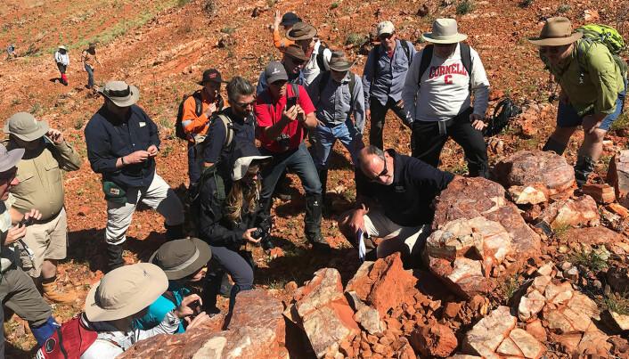 Her er forskere fra NASA på ekspedisjon i Australia, for å studere stomatolitter - de eldste kjente fossilene av liv på jorda. Kanskje er det mulig å finne noe lignende på Mars?