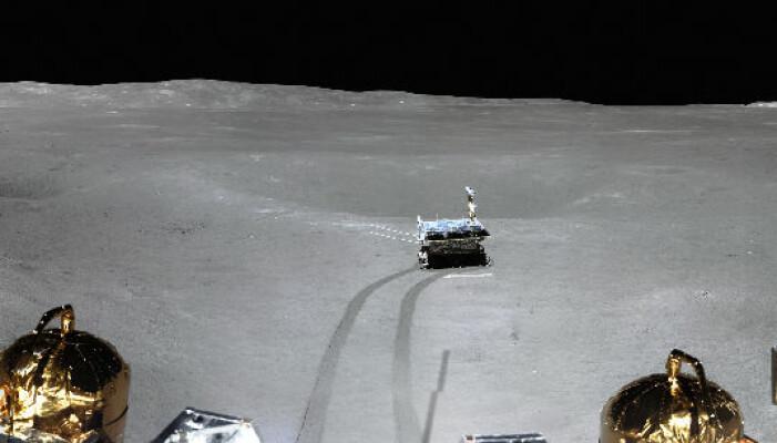 Del av et panoramabilde tatt av Chang'e 4 på månens bakside. Roveren Yutu-2 er med i bildet.