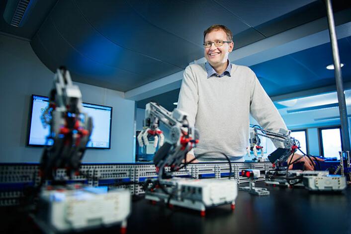Med Lego Mindstorms kan elever bygge hele produksjonslinjer, der produkter kan gjennomgå ulike prosesser, akkurat som ute i industrien. HiOA-forsker Birger Brevik har studert bruken av slike simulerte anlegg som læringsverktøy. (Foto: Benjamin A. Ward)