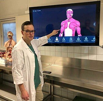Associate Professor Michael van Schaardenburgh teaches students anatomy. We have good digital models that can be viewed from all angles, he says. But it's always different to learn by being able to see and touch a real human body.