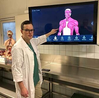 – Vi har gode digitale modeller som kan betraktes fra alle vinkler, sier han. Men det er alltid noe annet å se og ta på menneskekroppen for å lære, sier førsteamanuensis Michel van Schaardenburgh som underviser studentene i anatomi.
