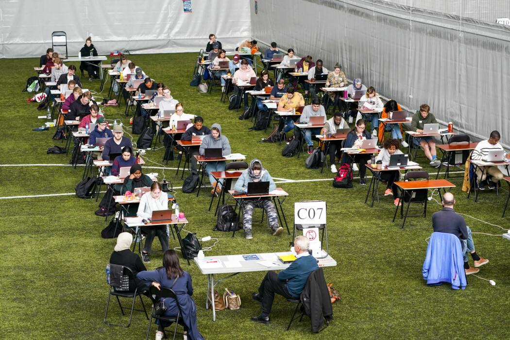 Eksamen ble annerledes denne våren for alle landets nærmere 300 000 studenter. Ved noen universiteter svarer nesten alle studentene at de hadde et dårligere læringsutbytte. Avbildet er en eksamen i Valhall Arena i Oslo.