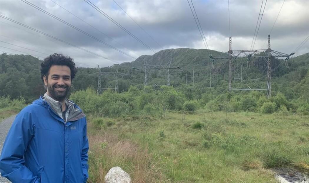 Professor Reza Arghandeh ved Institutt for datateknologi, elektroteknologi og realfag, skal hjelpe Statnett å overvåke strømlinjer ved bruk av satellitter.