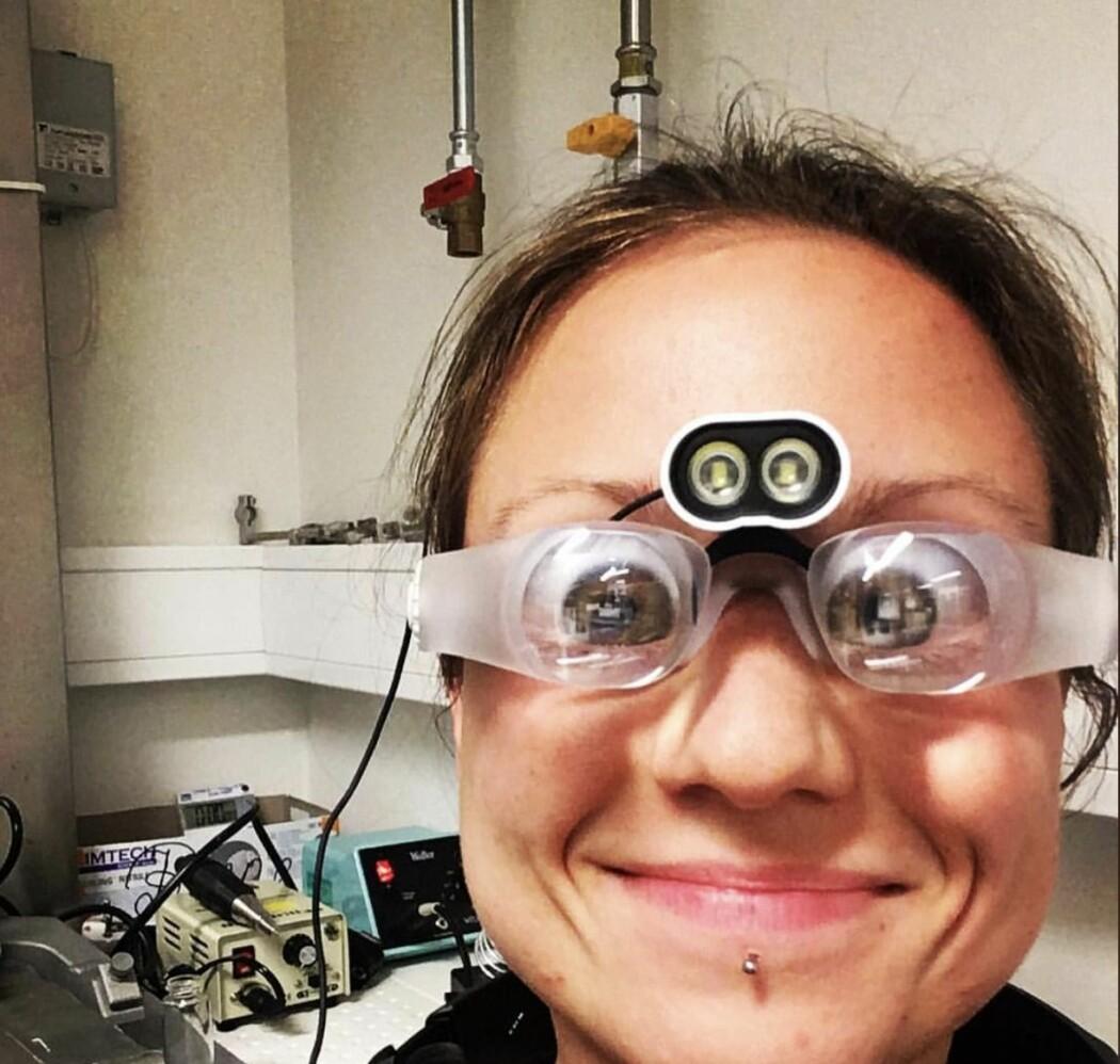 Laura Bojarskaite er forsker ved GliaLab i Universitet i Oslo. Hun studerer hjernen til mus som sover. Da trenger hun briller som forstørrer veldig mye og som gir henne mulighet for å se veldig små ting som skjer der inne.