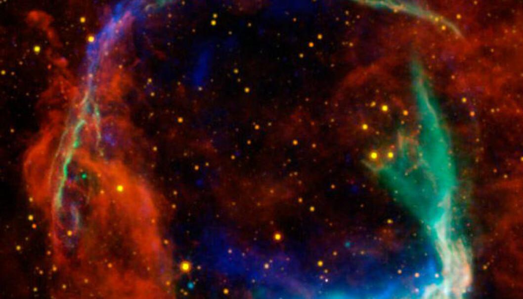 Restene av supernovaen fra 185 e.Kr, i en montasje av fotografier fra fire forskjellige romteleskop: De gule og røde delene er fra NASAs WISE-teleskop, og viser støv som stråler i infrarøde varmestråler. De blå og grønne delene viser røntgenstråler observert med det europeiske XMM-Newton-observatoriet og NASAs Chandra-observatorium. ESA/NASA