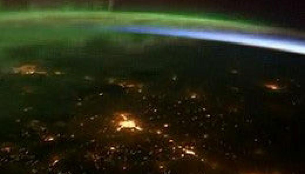 Kameraene har fanget opp grønt, dansende nordlys. Lys fra evigvåkne storbyer har også blitt med. NASA/© Youtube