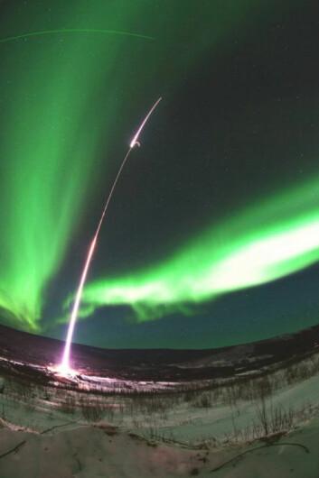 Sonderaketten MICA suser opp i nordlyset over Alaska. (Foto: NASA/T.E. Zaperach)
