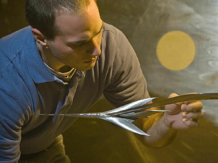 Testingeniøren Mark D'Aprile med en nåleformet modell av et supersonisk jetfly, montert i NASAs Langley Unitary vindtunnel, i 2008. Målet er å finne en utforming som gir svakere overlydssmell. (Foto: NASA/Sean Smith)