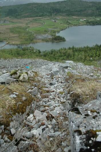 Etter et jordskred kan skredløpet se ut som en tørrlagt elv. Slike spor etter tidligere skred har vært viktig for forskerne for å finne ut av hvor det kan skje igjen. (Foto: Lena Rubensdotter)