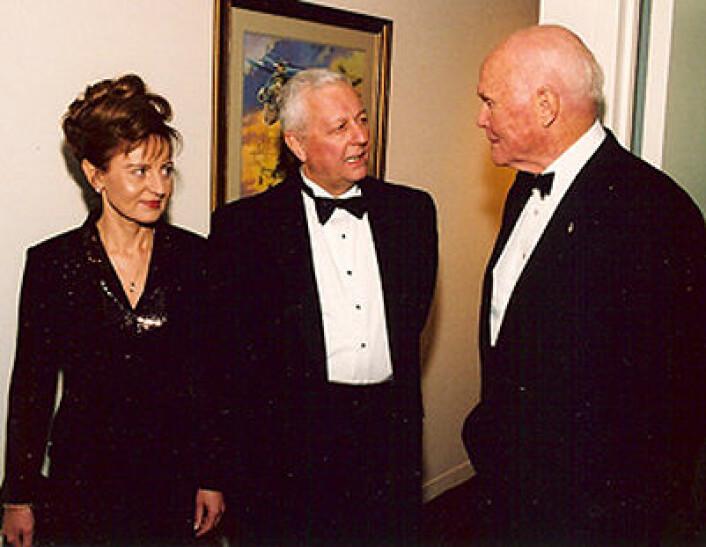Robert Farquhar og John Glenn (t.h) ved en mottagelse på National Air and Space Museum i 2001. (Foto: NASA)