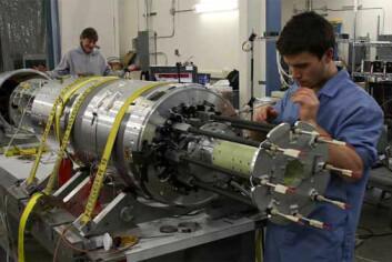 Jonas Ringnes, mekaniker ved instrumentverkstedet ved Fysisk institutt, jobber med nordlysraketten MICA. (Foto: UiO/T.A. Bekkeng)