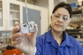 Ana Maria Martinez har tro på at høytemperatur elektrolyse kan brukes til å gjenvinne sjeldne jordartsmetaller fra skrap. Her har hun åpnet en digel etter et elektrolyse-forsøk. (Foto: Thor Nielsen, Sintef)