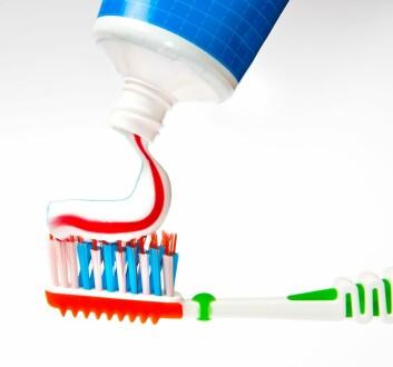 Tannpastaene du får kjøpt inneholder i stor grad akkurat det samme. Valget ditt blir derfor om tannpastaen skal være hvit, blå eller rød. Og hva den skal smake. (Foto: Colourbox)