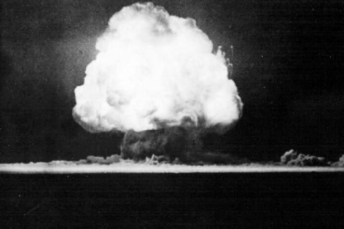 Atombomben som ble detonert i Trinity-prøvesprengningen 16. juli 1945 var på 19 kilotonn TNT. De første stadiene i eksplosjonen likner mye på de første stadiene av eksplosjonen i Beirut.