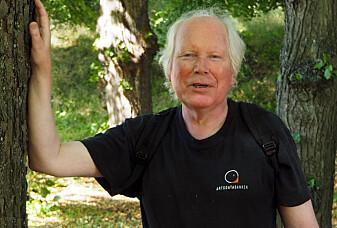 Professor emeritus Klaus Høiland er et oppkomme av historier om de effektive, merkelige og morsomme løsningene som oppsto da blomsterplantene «outsourcet» sin egen sex til insektene.
