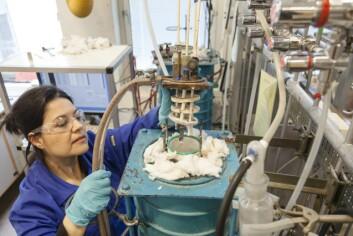 En prøveholder med magnetmateriale skal inn i en forsøksovn for høytemperatur elektrolyse. Der venter en prosess tilsvarende den som brukes ved aluminium-framstilling. (Foto: Thor Nielsen, Sintef)