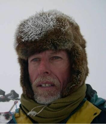 Det finnes ikke dårlige vær bare dårlige klær. Glasiolog Jon Ove Hagen er godt innpakket på feltarbeid på Svalbard. (Foto: Privat)