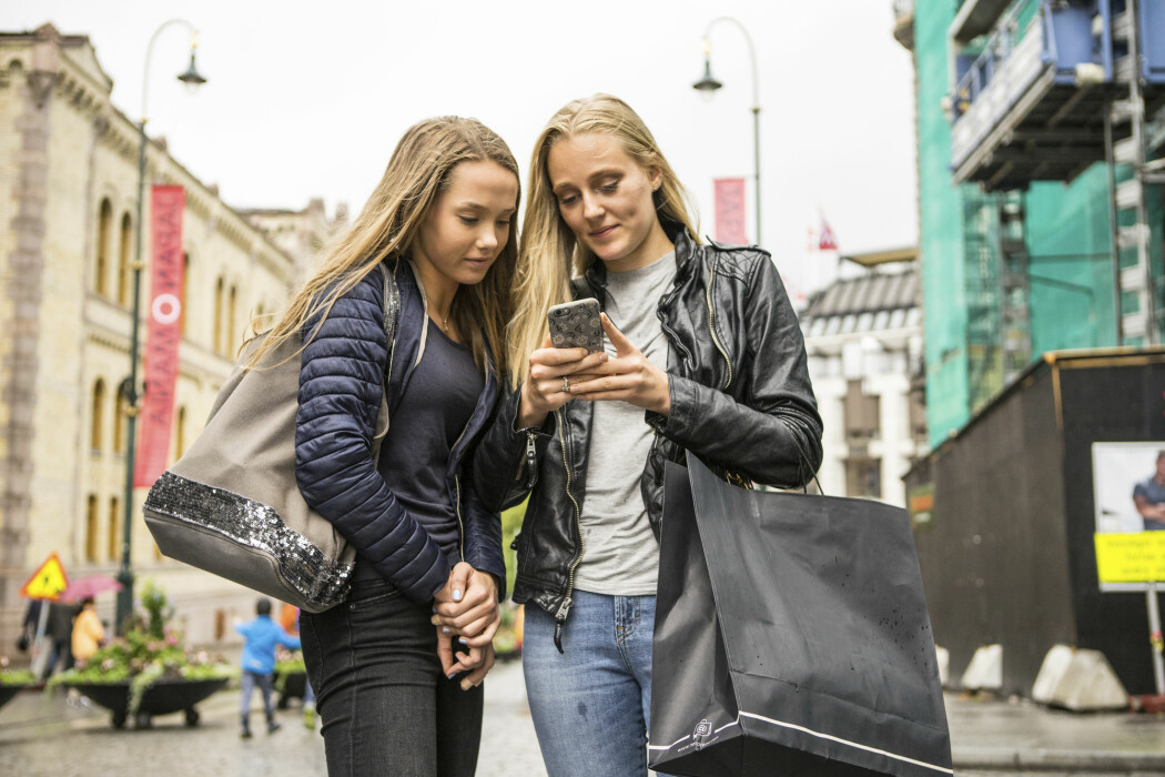 9-18-åringene leser, ser eller hører mest nyheter i sosiale medier, hele ni av ti finner nyheter der, mens to av tre er innom nettaviser for å finne nyheter.