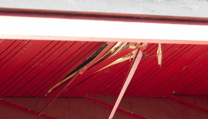 Hullet etter meteoritten som gikk gjennom taket på hytta til Anne Margrethe Thomassen i Rodeløkka kolonihage i Oslo.