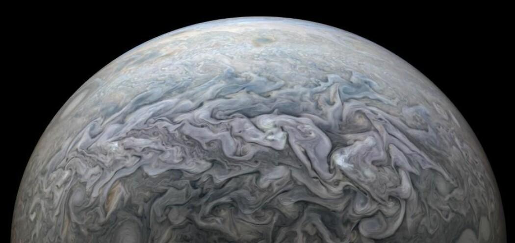 De evige stormene som herjer Jupiters overflate. Kjempens atmosfære består hovedsakelig av hydrogen og helium, akkurat som solen.