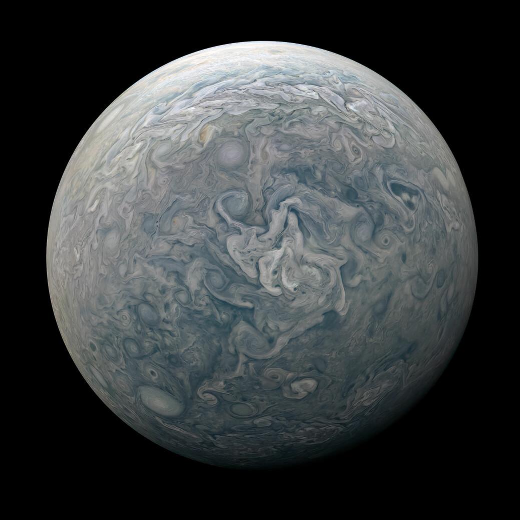 Et sammensatt bilde som viser hele Jupiter, fra en av polene. Når Juno har fullført sitt oppdrag, vil den styrte ned i atmosfæren og brenne opp, men vil trolig samle data til det siste og gi oss et innblikk i atmosfærens indre.