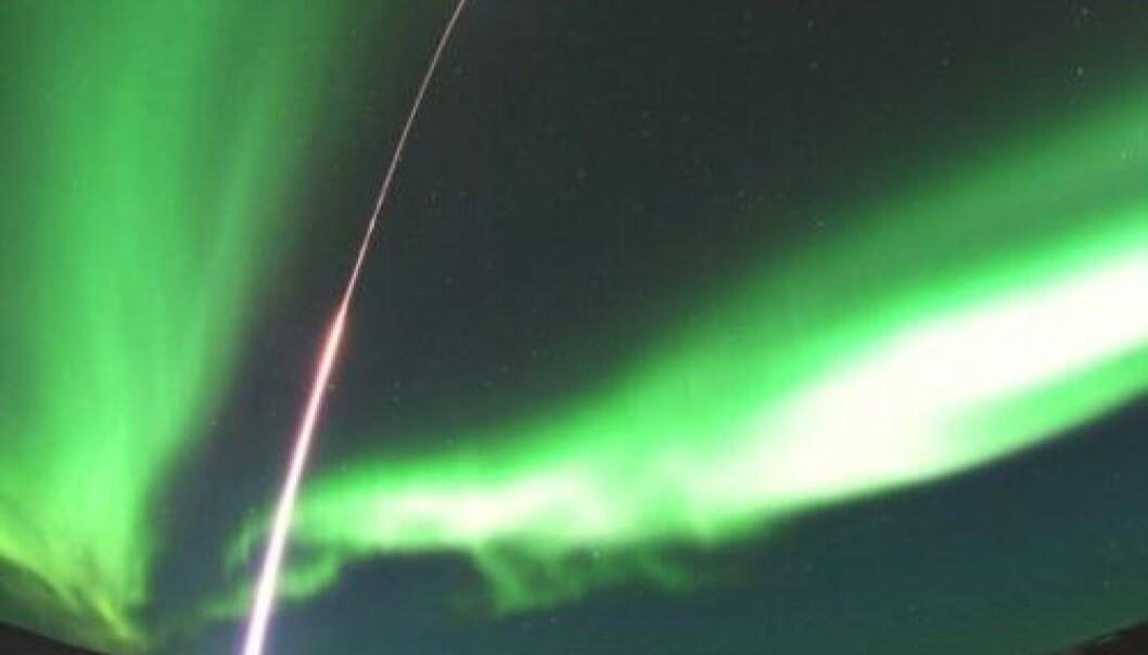 Sonderaketten MICA suser opp i nordlyset over Alaska. NASA/T.E. Zaperach