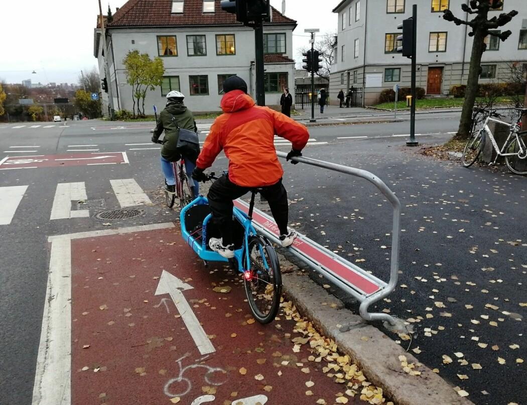All ulovlig sykling på rødt avhenger av hva slags type kryss det gjelder. Her har kommunen satt opp hvilestativ til syklister i et forsøk på å hindre at folk sykler på rødt.