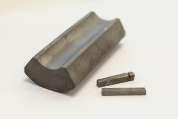 Magnet-råstoffet som Martinez bruker i gjenvinnings-eksperimentene er produsert for bruk i hard-disken i datamaskiner. Emnet er gitt  av professor T. Okabe ved University of Tokyo. (Foto: Thor Nielsen, Sintef)