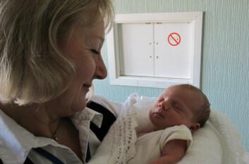 Fysiolog Marianne Thoresen med et barn som har fått behandling med kjøling og xenongass. (Foto: Emma Brown)