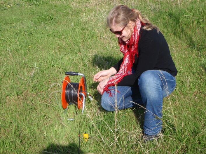 Her setter Louise Wedderkopp Bjerrum opp geofoner for å undersøke jordforholdene i Izmir i Tyrkia. Dette er et ledd i å kalkulere jordskjelvrisiko. (Foto: Privat)