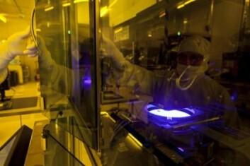 Et ørlite støvkorn kan ødelegge produksjonen av sensoren. Reneromsdrakter og avanserte filter er derfor et must ved Mikro- og nanolaboratoriet. Her er forsker Lars Breivik i aksjon. (Foto: Thor Nielssen/Sintef)