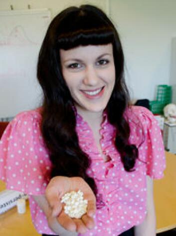 Legemiddel eller placebo? Stipendiat Athanasia Monika Mowinckel byr på en prøve. (Foto: Svein Harald Milde/ UiO)