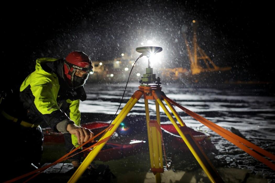 Forsker i arbeid på isen i Polhavet under innfrysningen av skipet Lance i 2015.