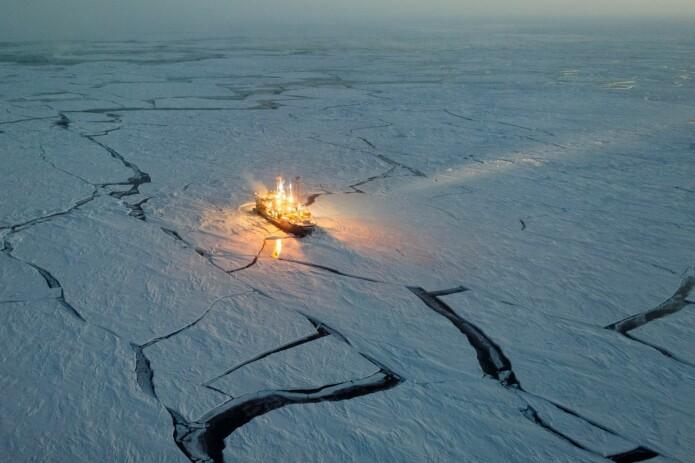 Forskningsskipet Lance i isen. Studier som ble utført under denne halvårige ekspedisjonen har siden vist store endringer i snø, is og stormer i Polhavet.