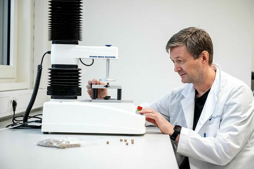 Tor Andreas Samuelsen tester bruddstyrken til fôrpelleten.