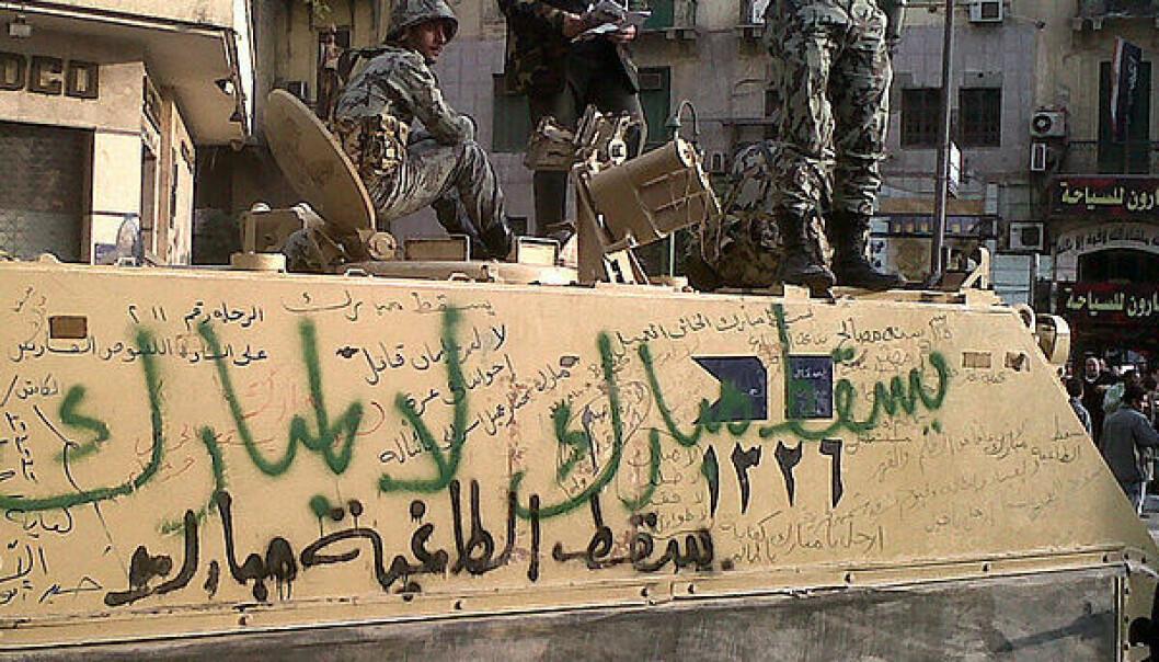 Demonstrantene har skrevet slagord mot Mubarak på et militært kjøretøy i Kairo. Bildet ble tatt 30. januar. (Foto: >Wikimedia Commons)