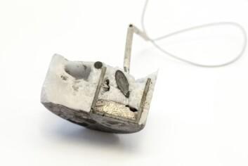 """Innmat fra åpnet digel der magnetråstoff har vært gjennom et elektrolyse-eksperiment. Håpet til Martinez er at det sølvgrå materialet nederst til høyre skal være en """"magnet-legering"""" som kan brukes i nye magneter. (Foto: Thor Nielsen, Sintef)"""