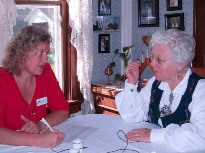 Janne Bondi Johannessen i samtale med Emma fra Harmony i Minnesota. Hun er tredje generasjons norskamerikaner og har arbeida på farmen hele livet. (Foto: Fotorettigheter: Janne Bondi Johannessen))