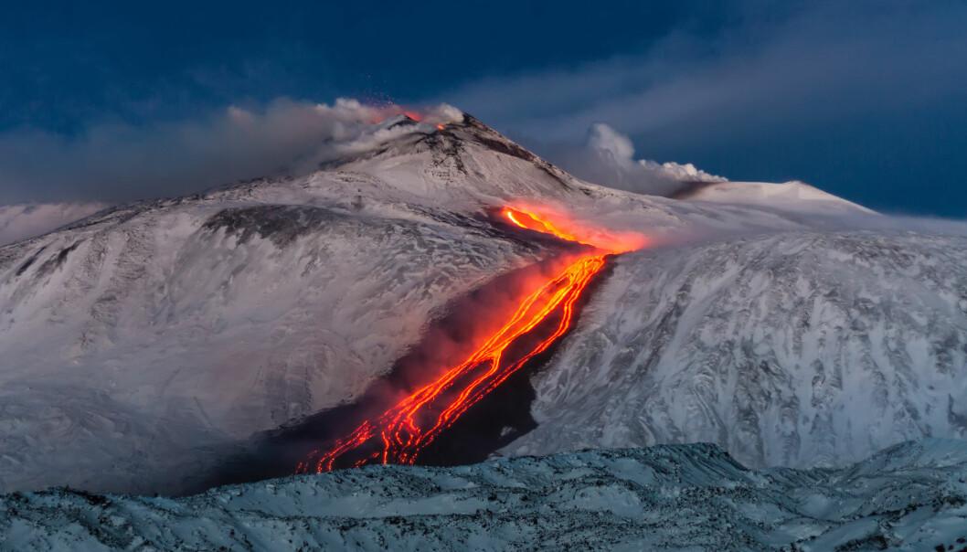Vulkanutbrudd på Etna i snø.
