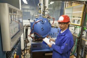 Metallurg Kai Tang separerer sjeldne jordartsoksider fra nikkel-metall hydrid-batterier ved hjelp av denne høyfrekvente vakuum-ovnen. (Foto: Thor Nielsen, Sintef)