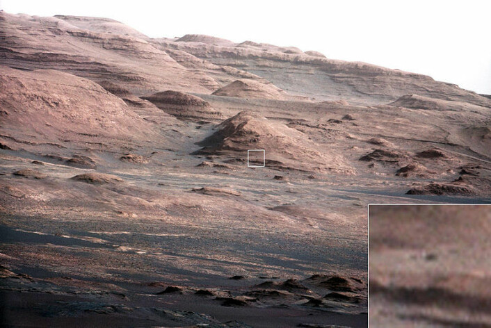 Lag ved de nederste skråningene på Sharp-fjellet ligger bare i dagen. Dette er et spennende område for Curiosity å undersøke. Det innfelte bildet viser en mørk stein som har omtrent samme størrelse som Curiosity. (Foto: NASA/JPL)
