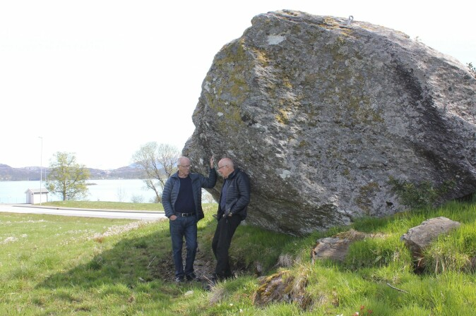 Forskarane Nils Tore Økland og Bjørn Bjørlykke har samla dei ulike forteljingane om steinen, saman med 2000 andre segner.