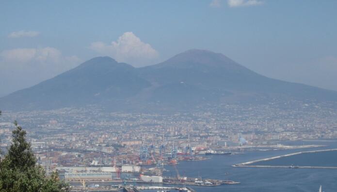 Vesuv, som fortsatt er aktiv, har blitt kalt verdens farligste vulkan. Totalt tre millioner mennesker bor i eller rundt Napoli, og i faresonen til et fremtidig utbrudd.