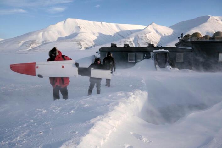 Tøffe værforhold under montering av CryoWing på Svalbard. (Foto: NORUT)
