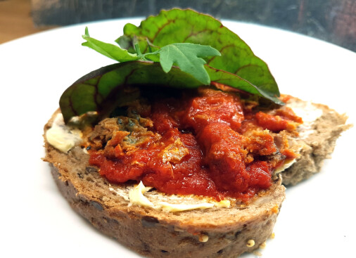 Vi setter makrell i tomat under sterkt press