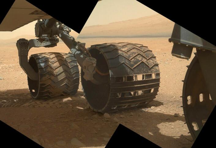 Hjulene på Curiosity er laget av aluminium. Bildet ble tatt 9. september 2012, under den 34. arbeidsdagen til marsbilen. (Foto: NASA/JPL)